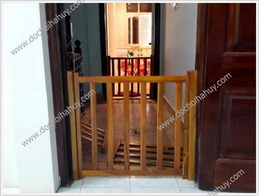 lắp chắn cầu thang an toàn cho trẻ